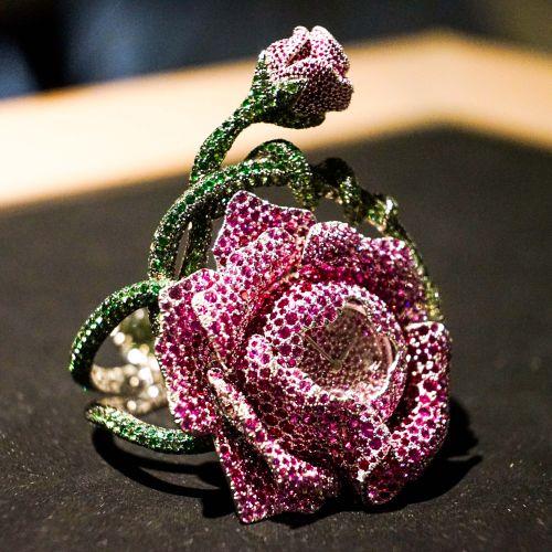 苏富比秋拍预展成功举行 博物馆首次展出瑰丽珠宝及翡翠首饰